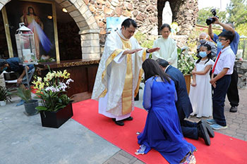 Fr. Thinh Ngo, SVD, blesses his parents at his first Mass as a newly ordained priest
